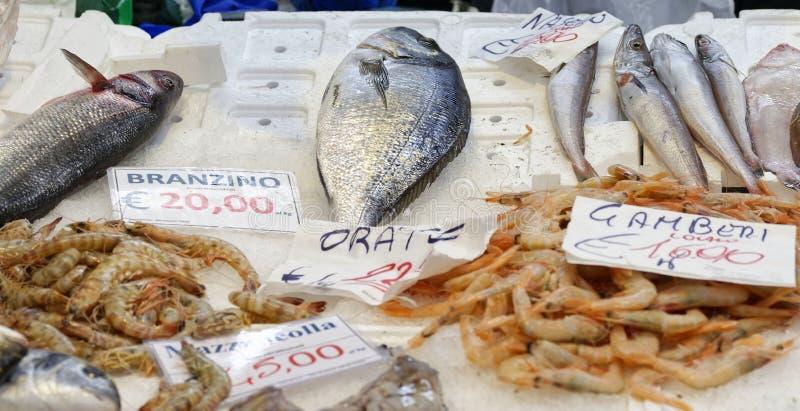 Gekleurde vissen bij markt royalty-vrije stock afbeeldingen