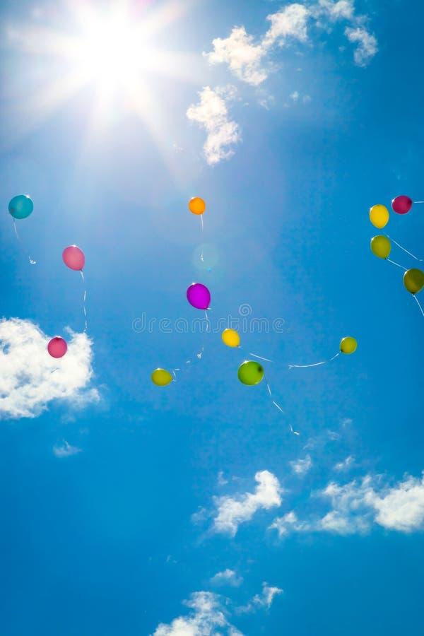 Gekleurde vliegende ballons in de blauwe hemel royalty-vrije stock fotografie