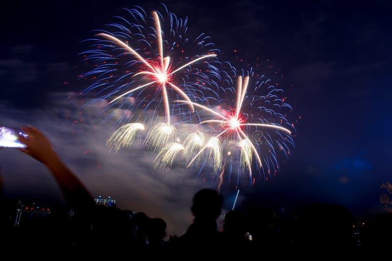 Gekleurde vuurwerkachtergrond met vrije ruimte voor tekst Het kleurrijke vuurwerk bij nachtlicht omhoog de hemel met het verblind royalty-vrije stock foto's