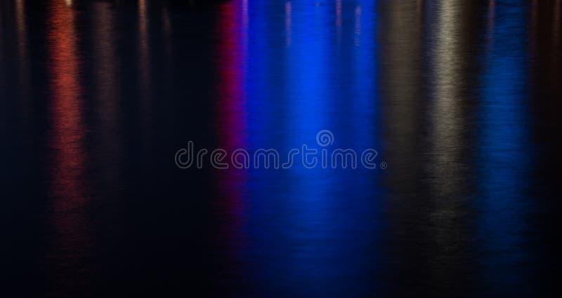 Gekleurde waterachtergrond van stadslichten royalty-vrije stock afbeelding
