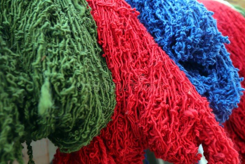 Gekleurde wol klaar voor het weven royalty-vrije stock afbeeldingen
