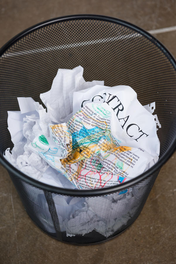 Geknitterte Geschäftspapierverträge im Abfalleimer lizenzfreies stockfoto