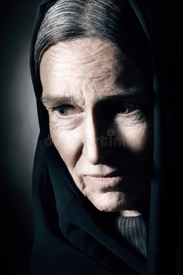 Geknittertes Gesicht der alten Frau. Traurige ältere Frau stockbild