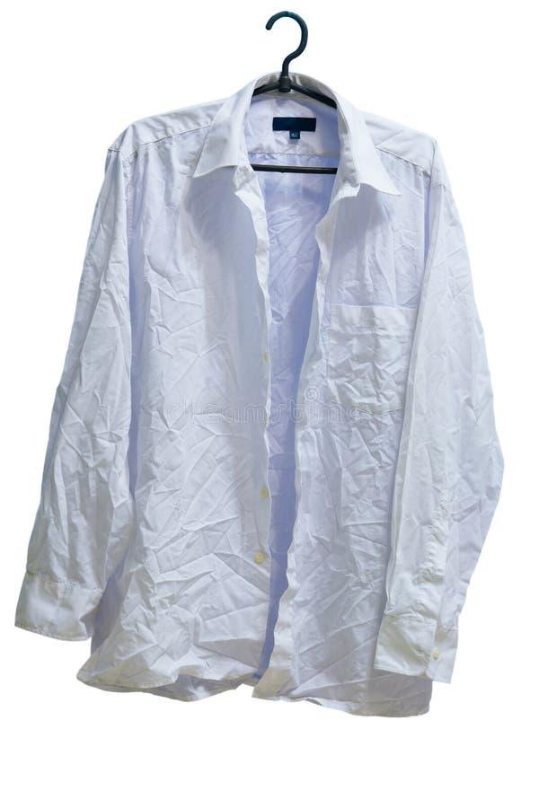 Geknittertes männliches Weiß gewaschenes Hemd auf Aufhänger stockbilder