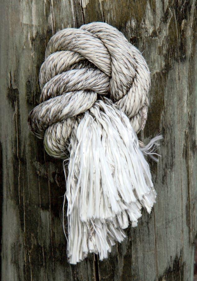 Geknoopte kabel op post stock fotografie