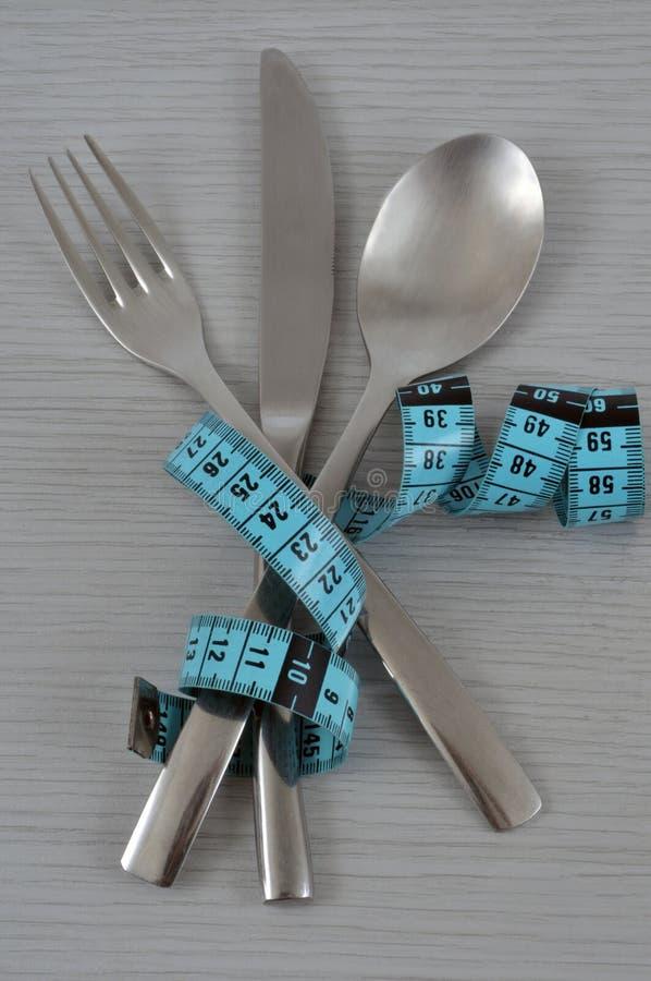 Geknotetes Tischbesteck mit einem Näherinmeter stockfotografie