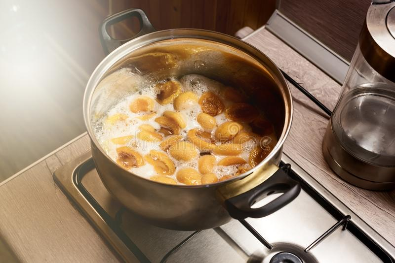 Gekochte Aprikose in einem Metall-Pan Cooking Homemade Apricot Jam-Prozess der Zubereitung der Frucht-Marmelade lizenzfreie stockbilder