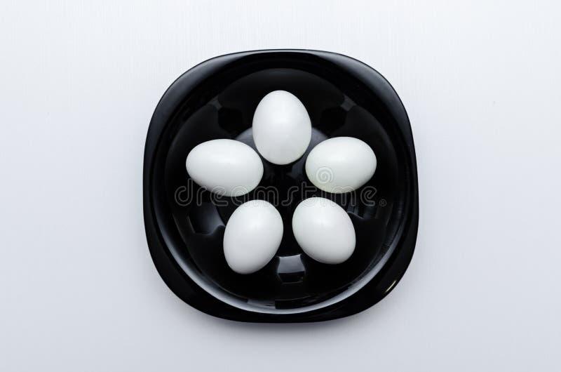 Gekochte Eier auf der Platte lizenzfreie stockfotografie