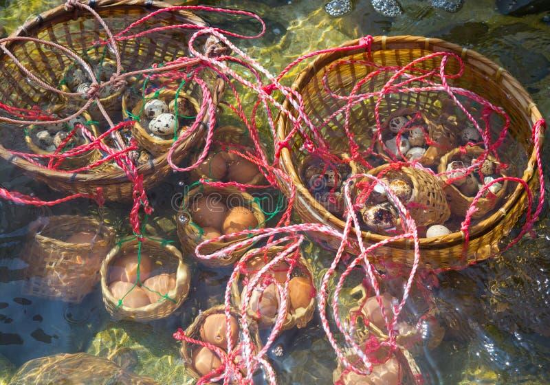 Gekochte Eier im Wasser der heißen Quelle lizenzfreies stockfoto