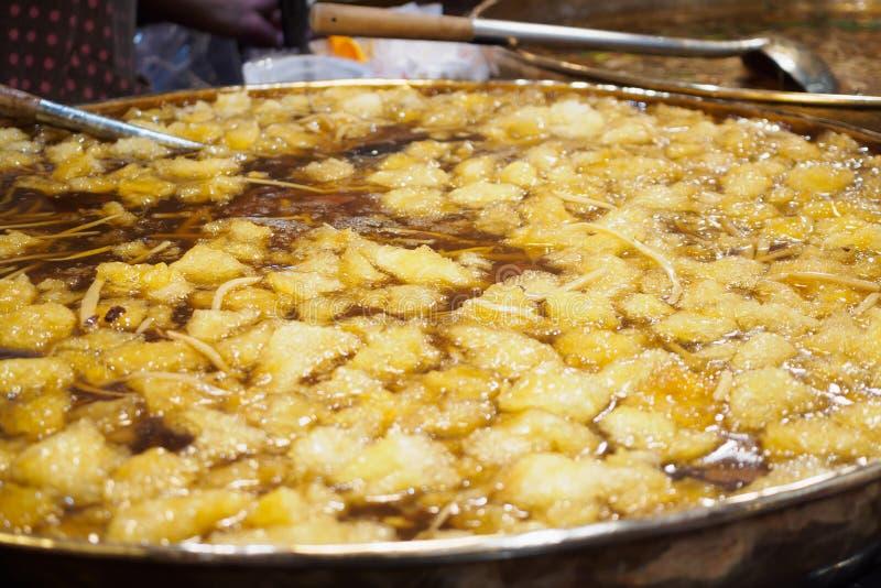Gekochte Fischschlundsuppe in der großen Wanne am Straßenlebensmittelmarkt stockbild
