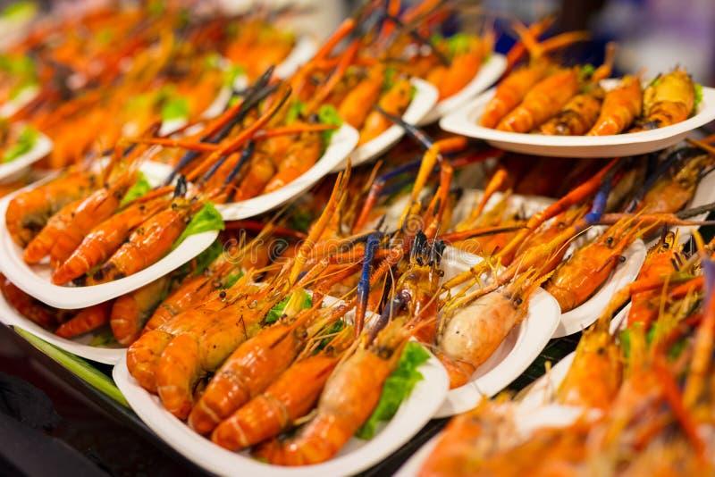 Gekochte Garnele in den Platten am thailändischen Straßenmarkt- stockfotografie