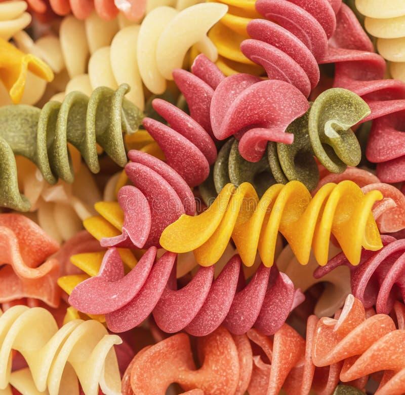 Gekochte gewundene Mehrfarben-rotini Teigwaren lizenzfreie stockbilder