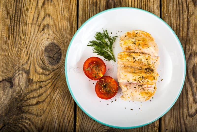 Gekochte Hühnerleiste und Kirsche-gesundes Diätlebensmittel der Tomaten, Proteinmittagessen und Abendessen lizenzfreies stockbild