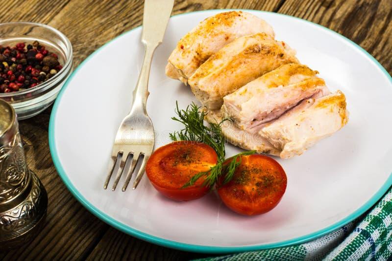 Gekochte Hühnerleiste und Kirsche-gesundes Diätlebensmittel der Tomaten, Proteinmittagessen und Abendessen stockbilder
