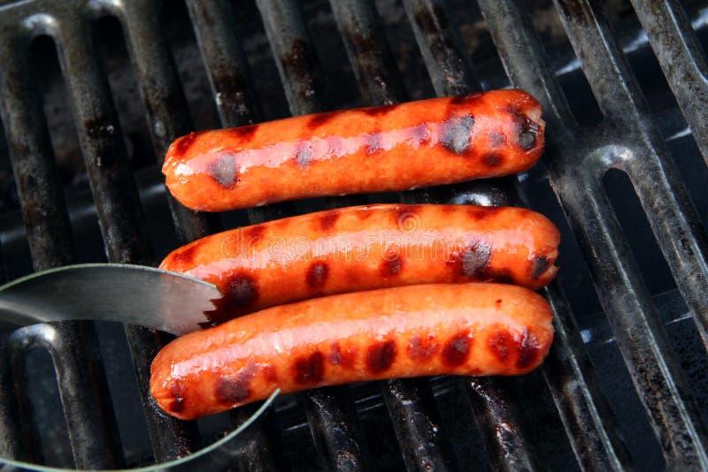 Gekochte Hotdoge auf dem Grill lizenzfreie stockbilder