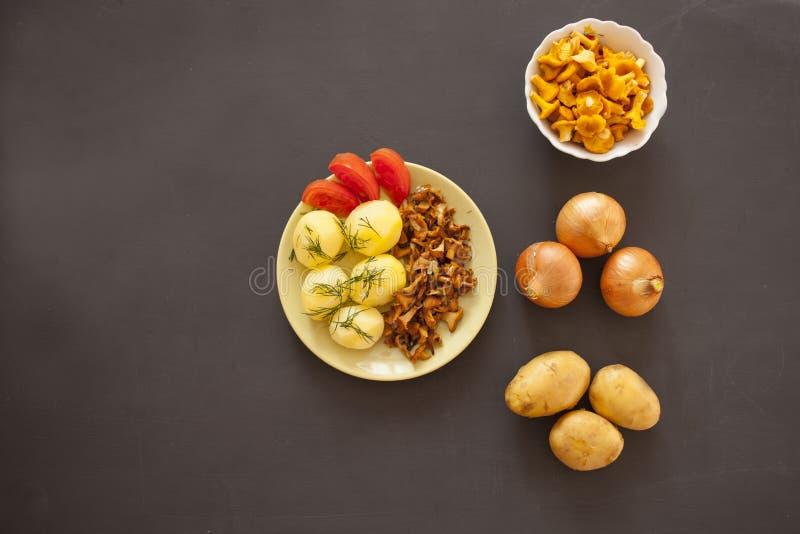 Gekochte Kartoffeln mit gebratenem Pfifferling vermehrt sich auf die Platte explosionsartig stockfotos