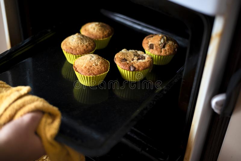 Gekochte kleine Kuchen im Gelb auf protvin entfernt vom Küchenofen stockfotografie