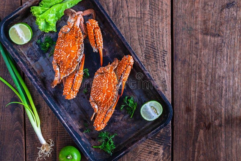 Gekochte Krabben Meeresfrüchte in der Platte auf dem Tisch stockfotografie
