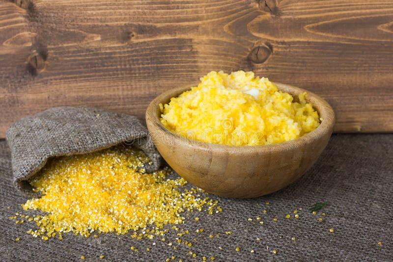 Gekochte Maiskörner in der Schüssel mit Butter Ein baggie des trockenen Getreides Gesundes Nahrungsmittelkonzept stockbild