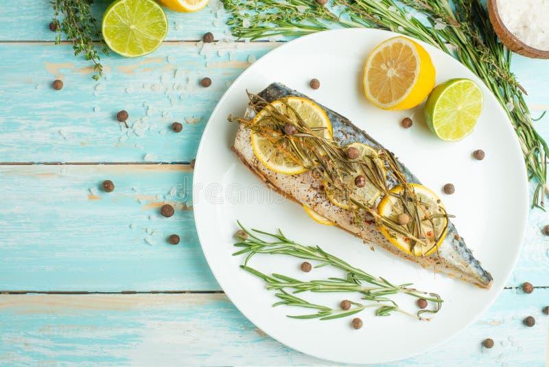 Gekochte Makrele auf einer weißen Platte mit Gewürzen, Kräutern, Zitrone, Kalk und Salz Draufsicht, Raum für die Kopie oder Menü lizenzfreie stockfotos