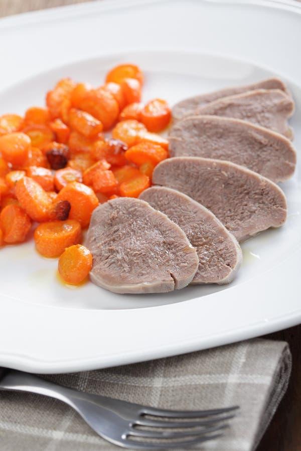 Gekochte Rinderzunge mit Karotte stockfotografie