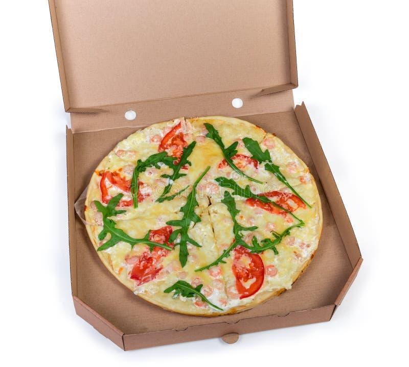 Gekochte runde Pizza mit Meeresfrüchten im offenen Papppizzakasten lizenzfreies stockfoto