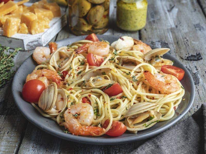 Gekochte Teigwaren mit Meeresfrüchtemuscheln, Garnelentomate auf einer Platte, Spaghettis lizenzfreies stockfoto