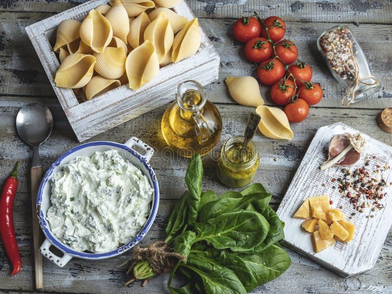 Gekochte Teigwaren mit Meeresfrüchtemuscheln, Garnelentomate auf einer Platte, Spaghettis stockfotografie