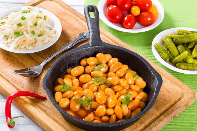 Gekochte weiße Bohnen erstickten in der Tomatensauce, Nahaufnahme, Draufsicht lizenzfreie stockbilder