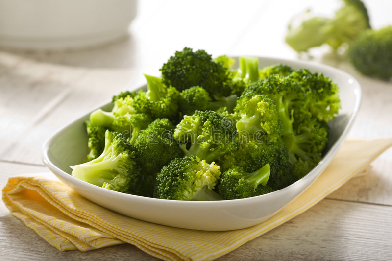 Gekochter Brokkoli in einer Schüssel stockbild