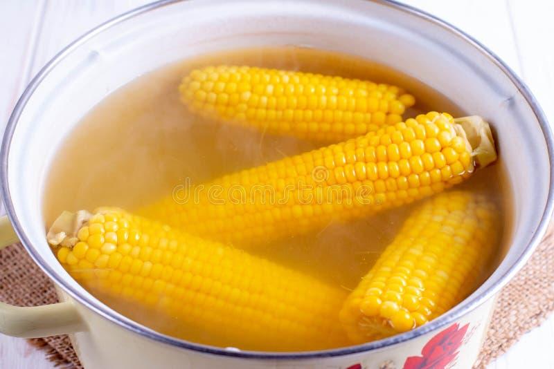 Gekochter Mais in einem Kessel stockfoto