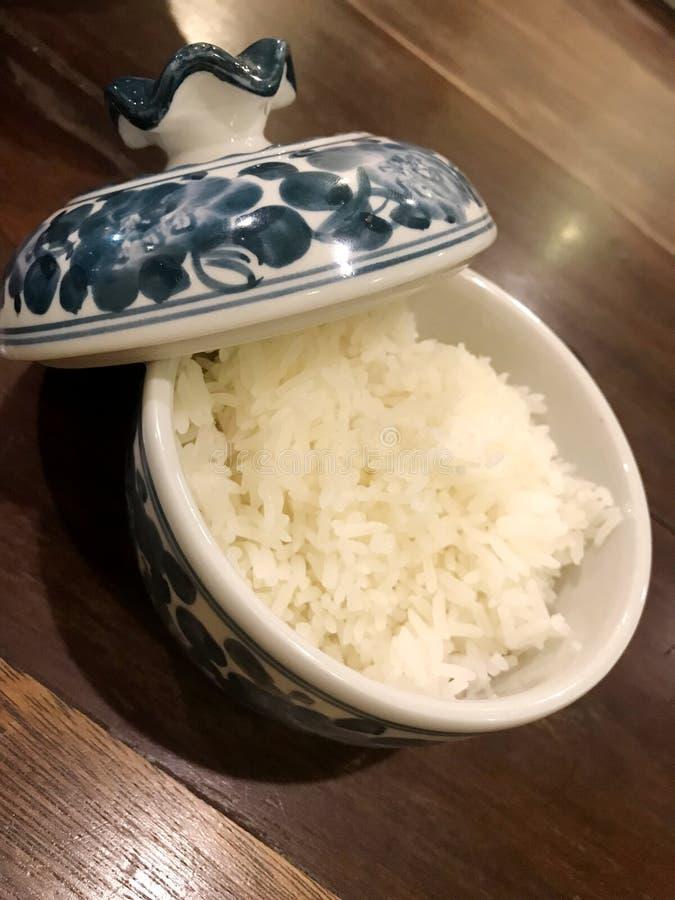 Gekochter Reis in der Chinawareschüssel stockbild