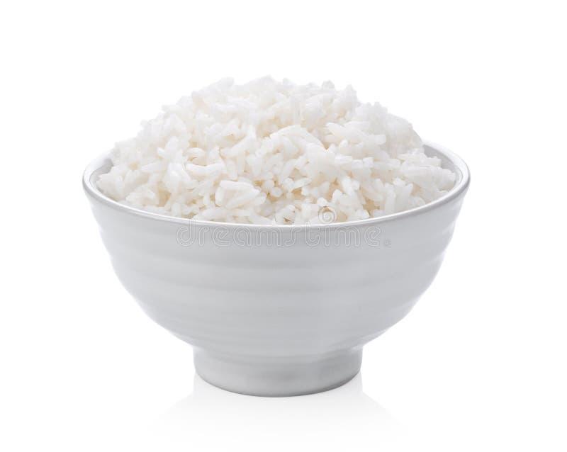 Gekochter Reis in der keramischen Schüssel auf weißem Hintergrund lizenzfreies stockbild