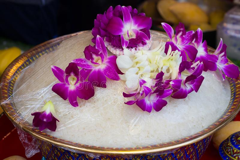 Gekochter Reis in der Schüssel und in der Orchidee Thailändische alte Art lizenzfreie stockfotografie