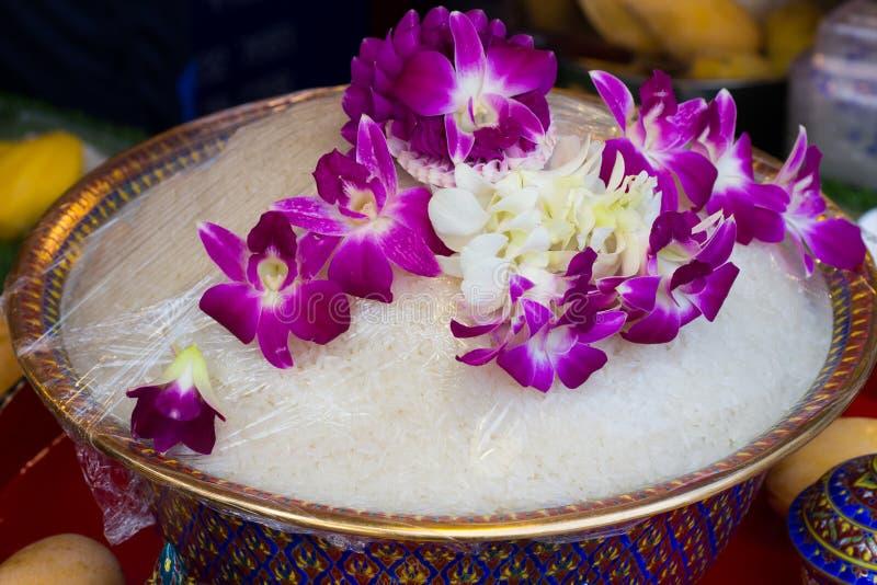 Gekochter Reis in der Schüssel und in der Orchidee Thailändische alte Art stockfotografie