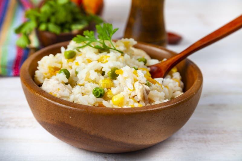 Gekochter Reis mit Gemüse in einer hölzernen Schüssel lizenzfreies stockbild