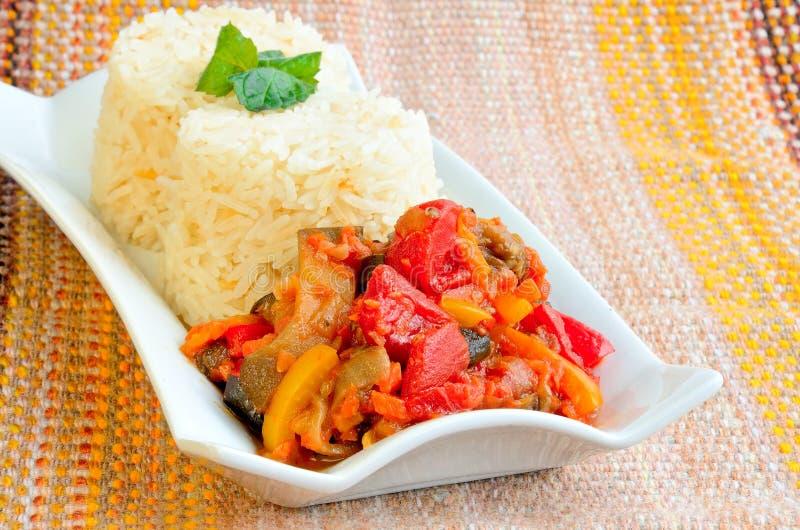 Gekochter Reis mit Gemüseragout stockfotos
