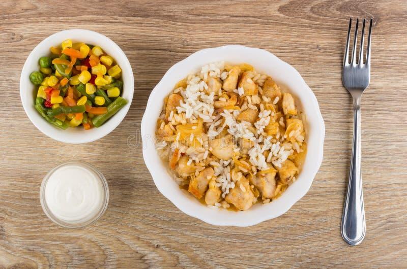 Gekochter Reis mit Hühnerfleisch in der Schüssel, Gemüsemischung, Majonäse lizenzfreies stockbild