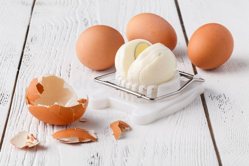 Gekochtes Ei auf dem Zerhacker lizenzfreies stockfoto