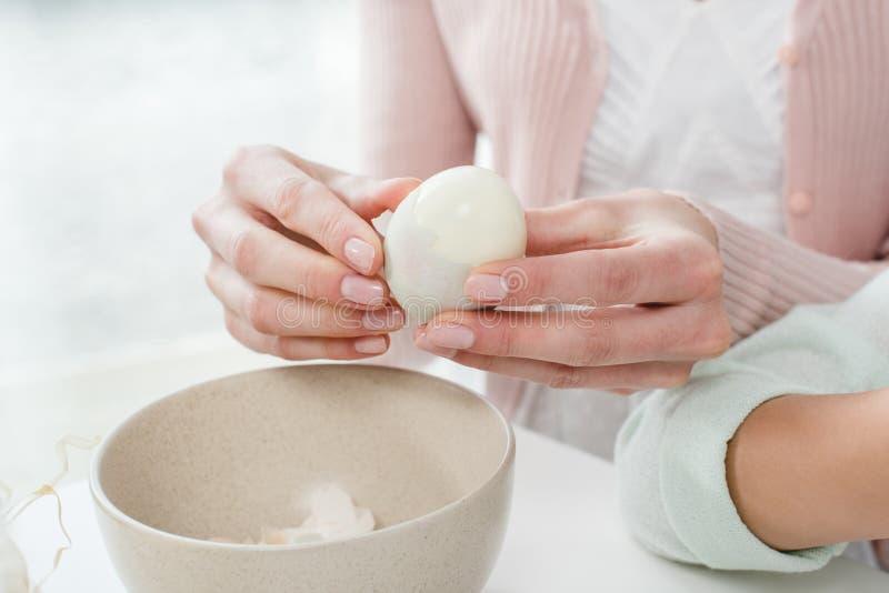 Gekochtes Ei der Frau Schale stockfotos