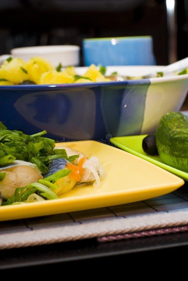 Gekochtes Essen auf gelber Mehrlagenplatte stockfotografie