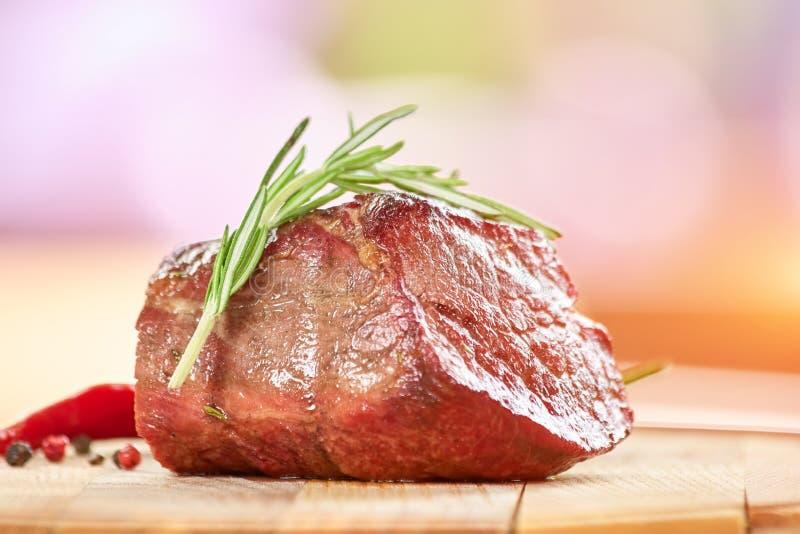 Gekochtes Fleisch mit Rosmarin stockfotos