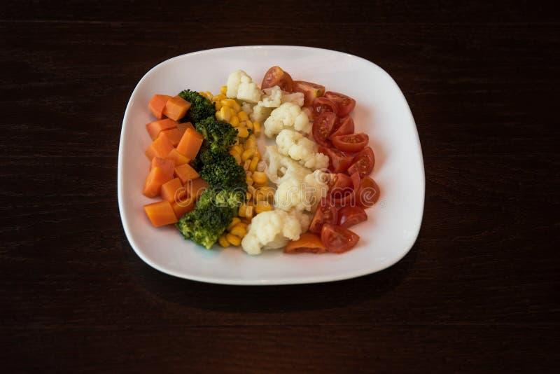 Gekochtes Gemüse auf Platte stockbilder