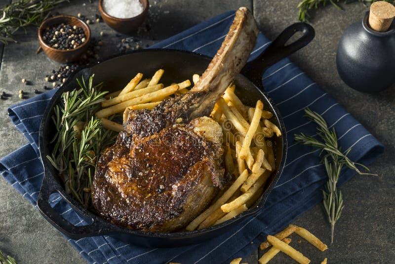 Gekochtes Gras Fed Tomahawk Steaks lizenzfreies stockbild