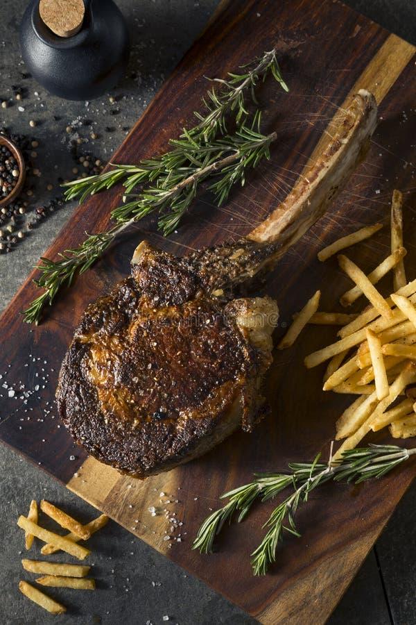 Gekochtes Gras Fed Tomahawk Steaks stockfotos