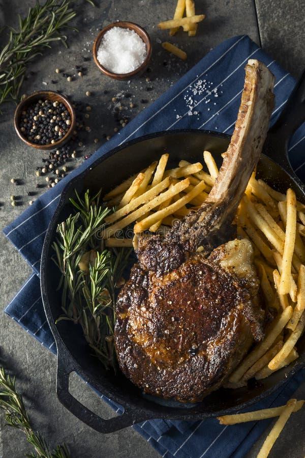 Gekochtes Gras Fed Tomahawk Steaks lizenzfreie stockfotos