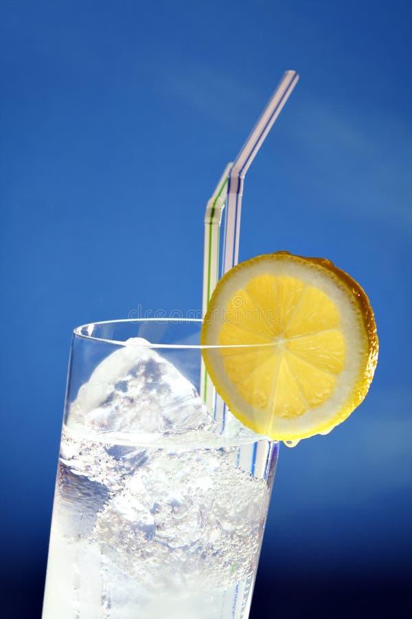 Gekoelde drank in hellend glas royalty-vrije stock afbeeldingen