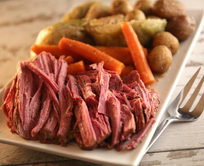 Gekookt diner van cornedbeef, wortelen, kool en aardappels royalty-vrije stock fotografie