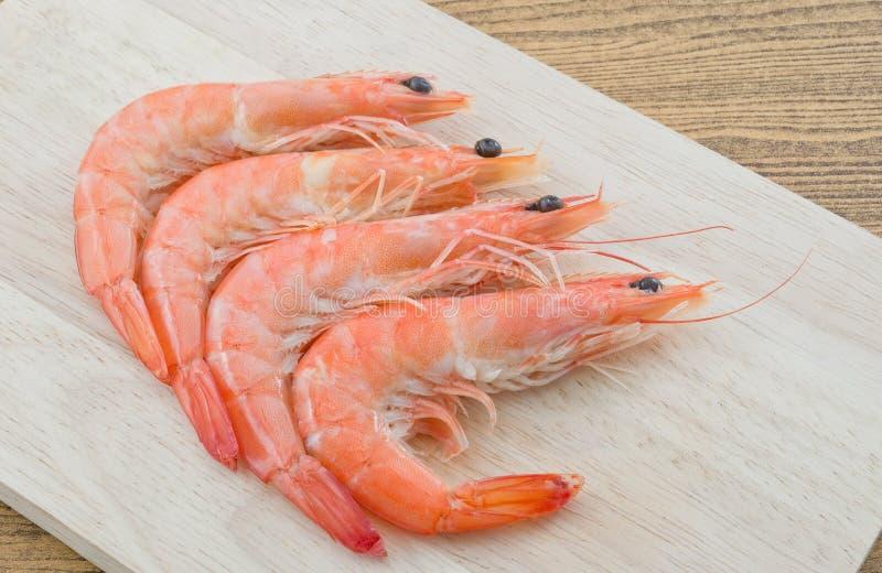 Gekookt Garnalen of Tiger Shrimps op een Scherpe Raad stock foto's