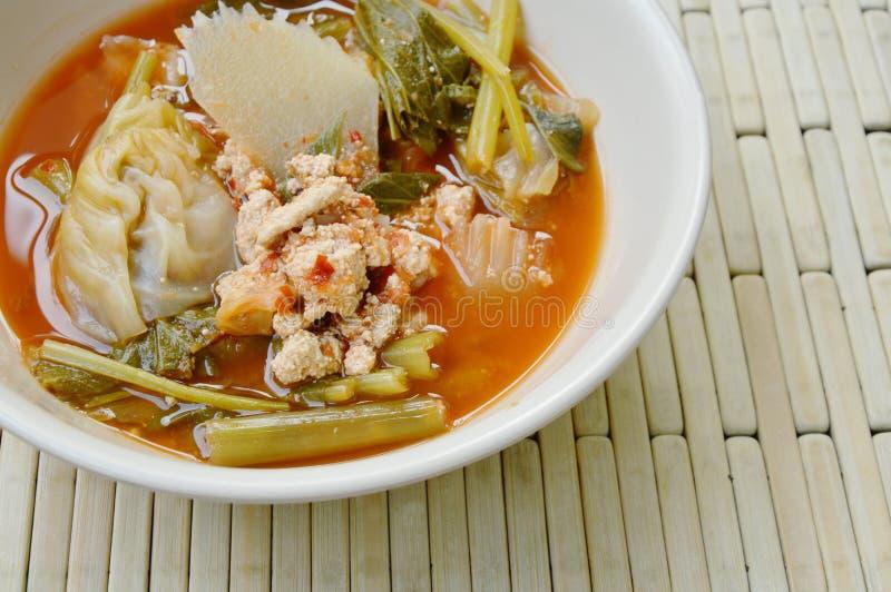 Gekookt gemengd groente en visseëi in Thaise kruidige soep op kom stock foto's